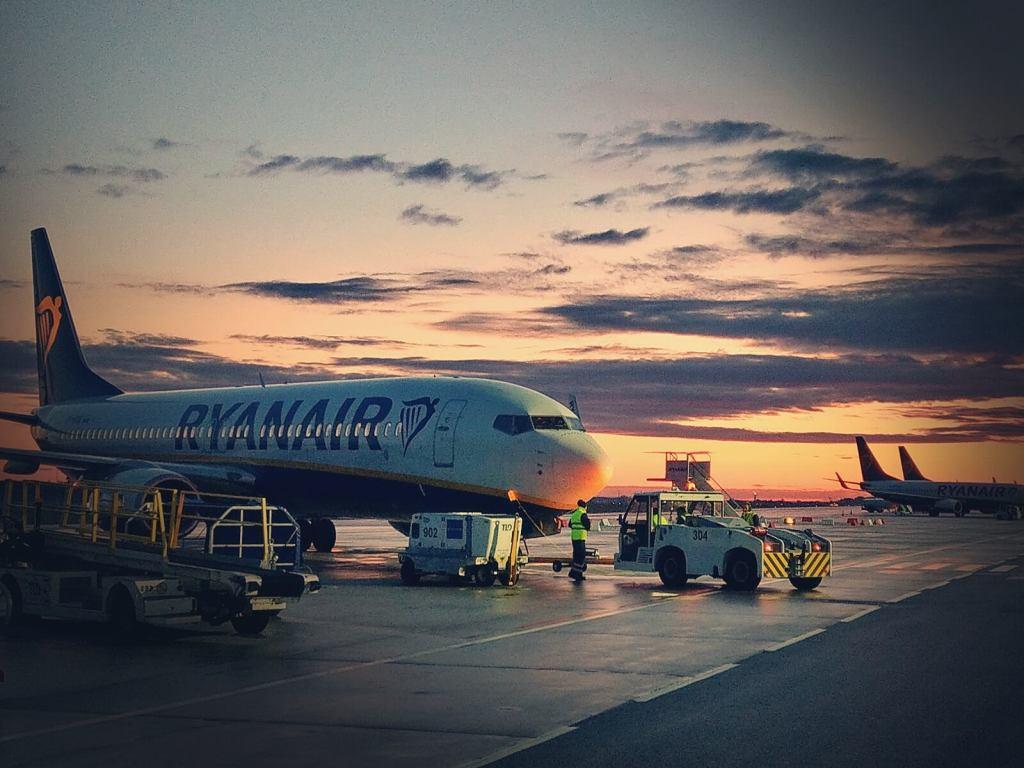 Samolot linii Rayner na lotnisku w Modlinie.