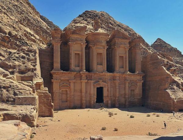 Klasztor wykłuty w skale, w Petrze.