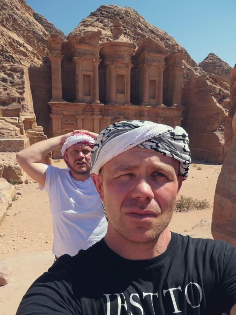 Blogerzy podróżniczy przy Klasztorze w Petrze, w Jordanii.