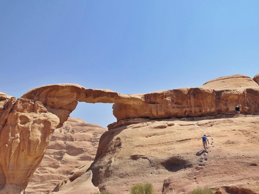 Formacja skalna nazwana Dużym Łukiem na pustyni Wadi Rum w Jordanii.