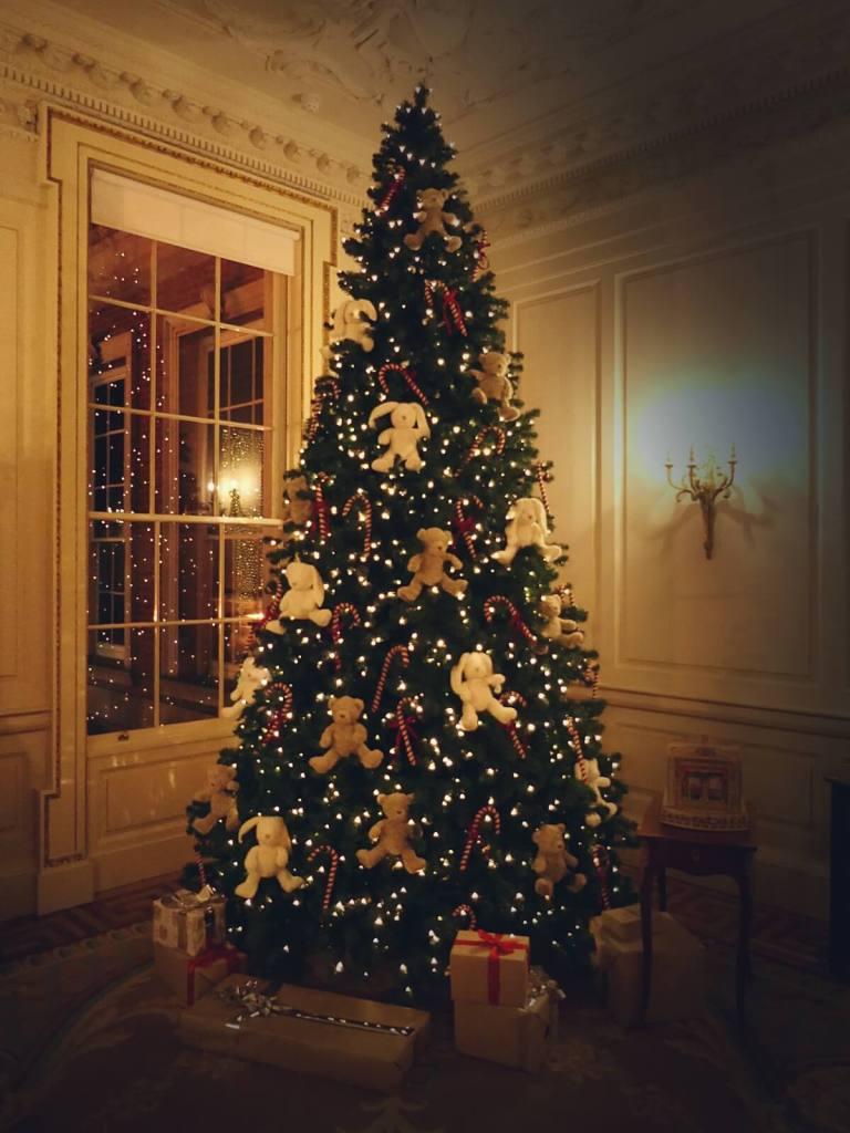 Świąteczne drzewko na zamku w Dublinie.