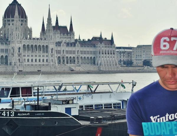 Turysta z przewodnikiem po Budapeszcie.