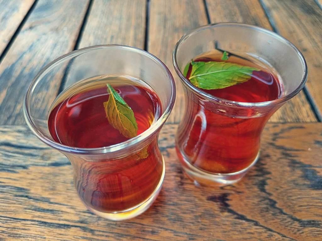 Beduińska mocna, słodka herbata nazywana beduińską whisky.
