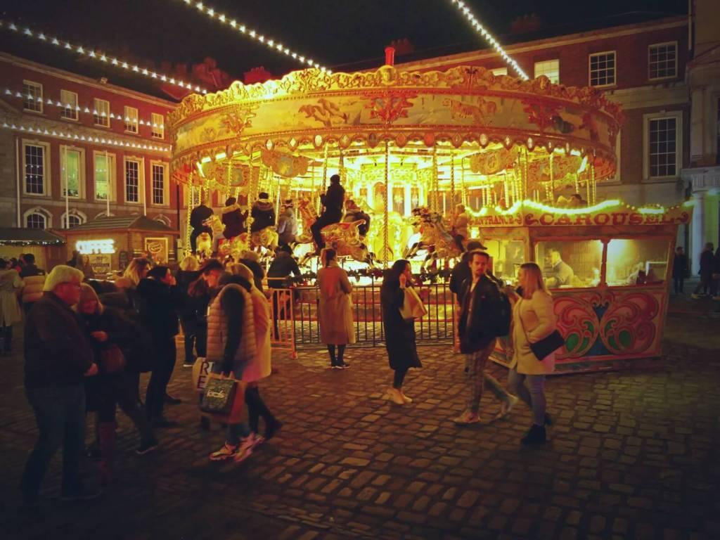 Karuzela na jarmarku bożonarodzeniowym w Dublinie.