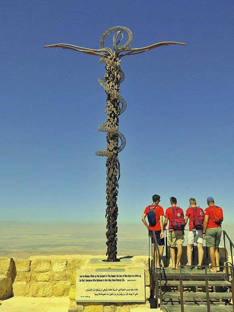 Żelazny krzyż na górze Nebo w Jordanii.