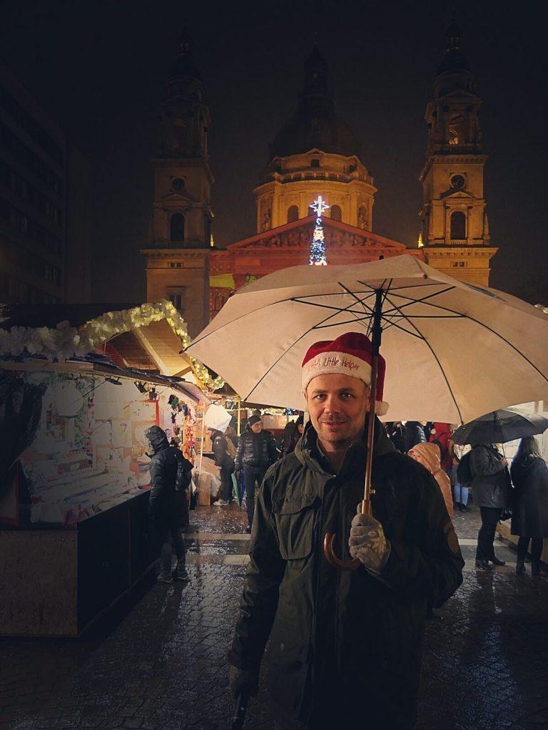 Bloger podróżniczy na jarmarku bożonarodzeniowym w Budapeszcie.