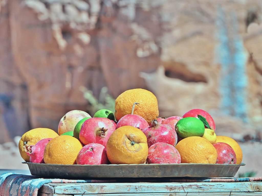 Świeże granaty i pomarańcze.