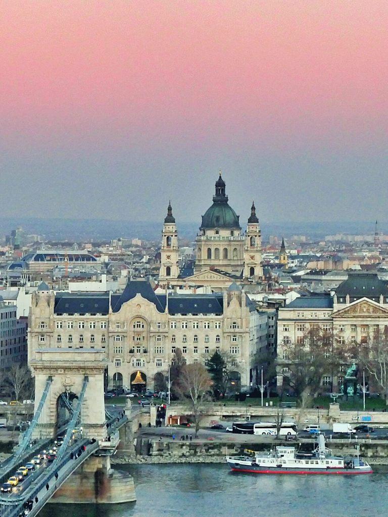 Widok na katedrę św. Stefana ze wzgórza zamkowego w Budapeszcie.