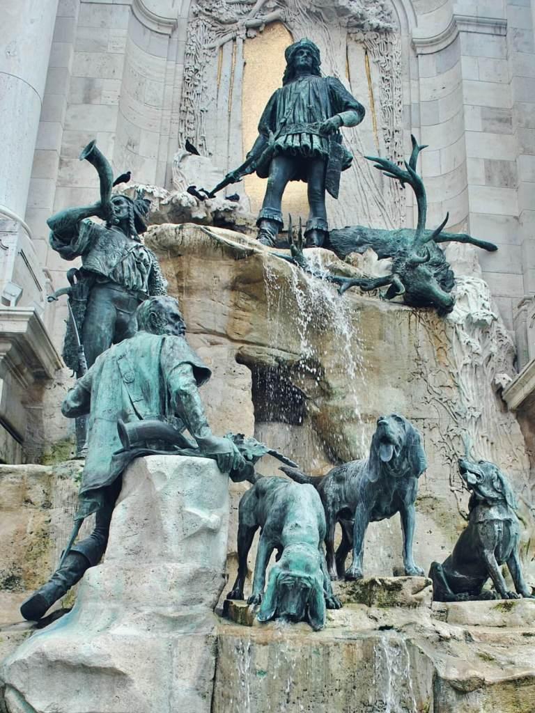 Pomnik myśliwych na placu przed pałacem w Budapeszcie.
