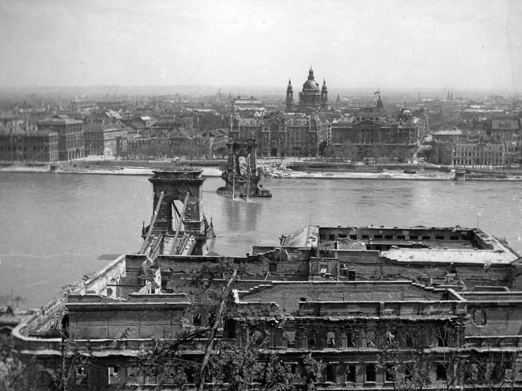 Zniszczony Budapeszt w czasie drugiej wojny światowej.