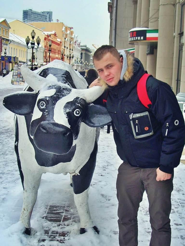 Bloger podróżniczy po posiłku w moskiewskim barze mlecznym.