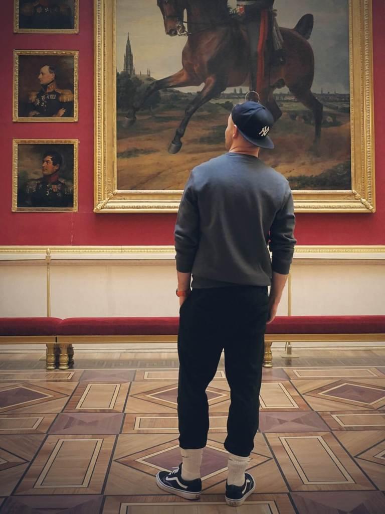 Bloger podróżniczy w muzeum Ermitaż w Petersburgu w Rosji.