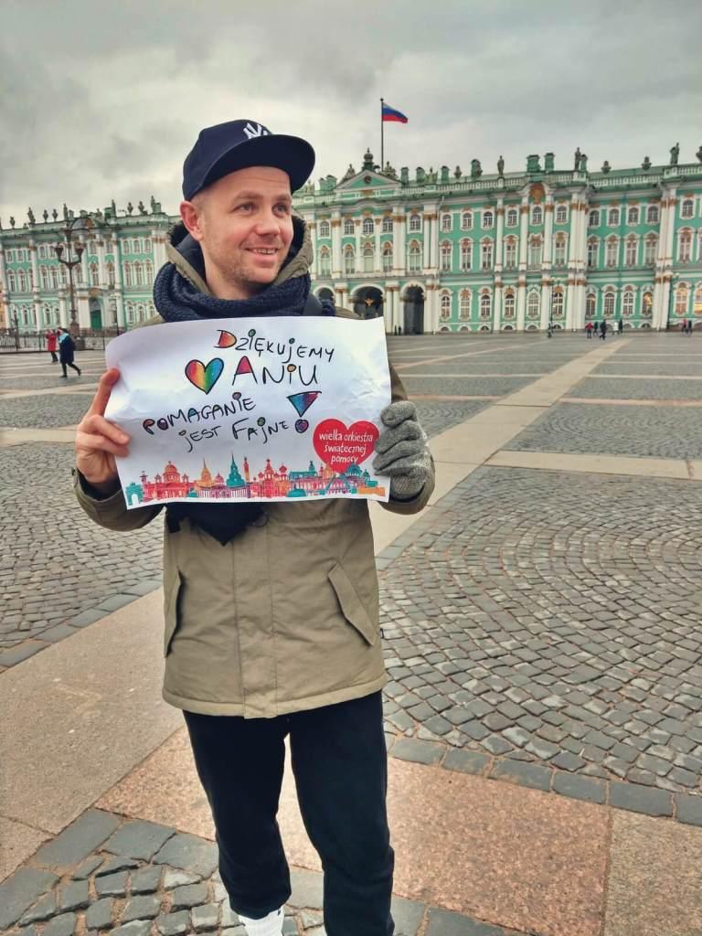Bloger podróżniczy przed Pałacem Zimowym, Ermitażem w Petersburgu.