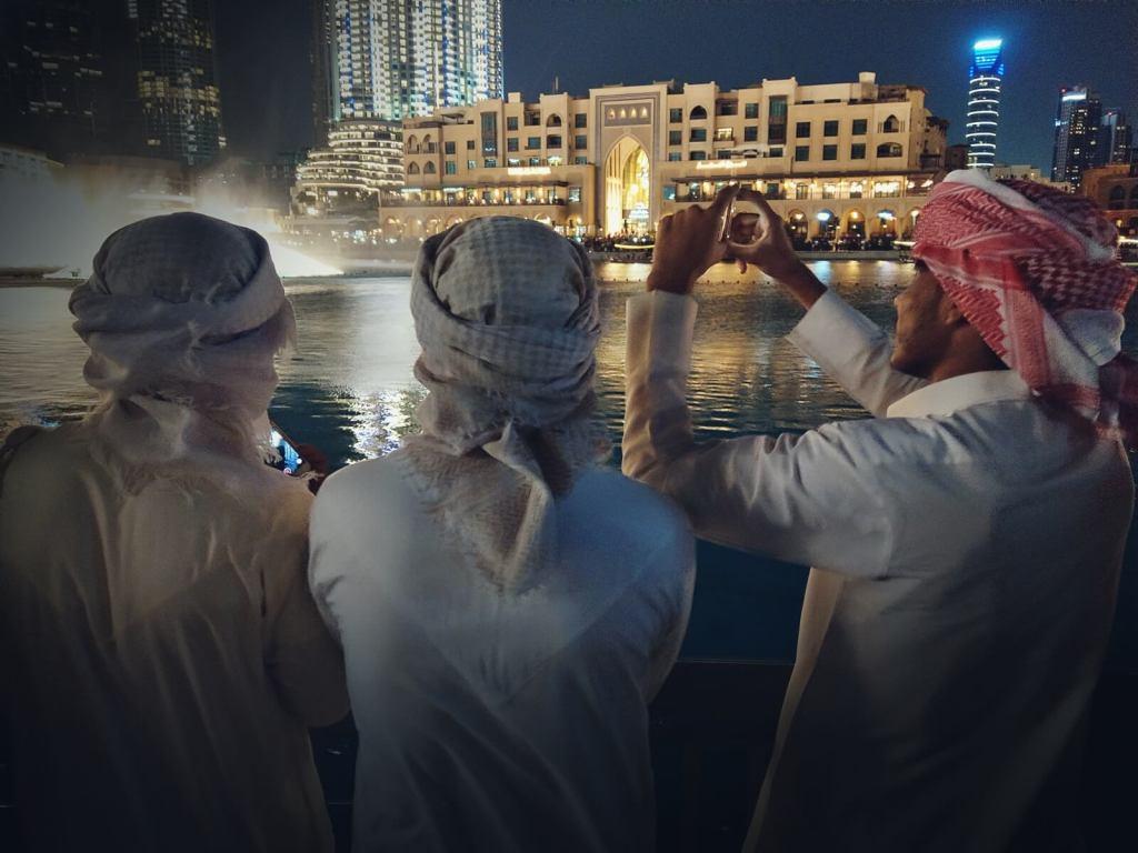 Arabowie oglądają pokaz Tańczących Fontann W Dubaju.