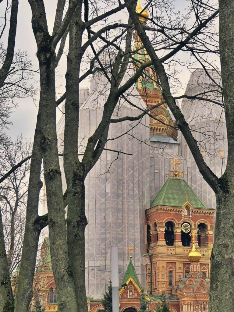 Przykryty rusztowaniem sobór Świętych Piotra i Pawła w Peterhofie.