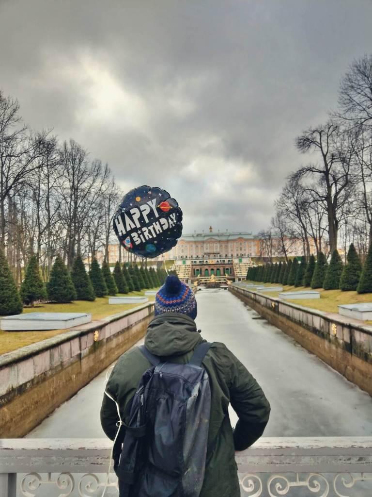 Bloger podróżniczy podziwia Wielki Pałac w Peterhofie.