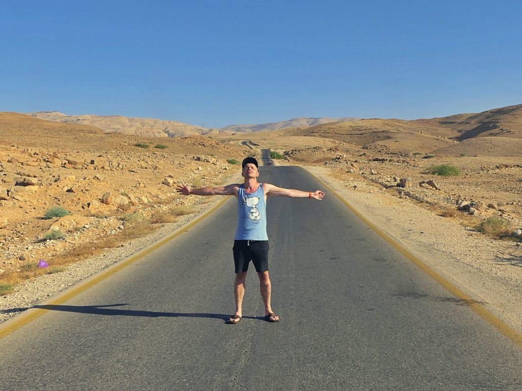Bloger podróżniczy, który cieszy się z podróży po Jordanii.