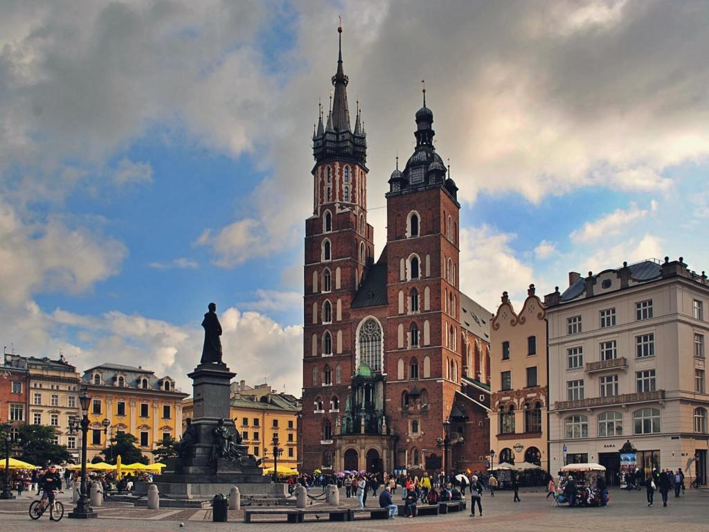 Kościół Mariacki i rynek w Krakowie.