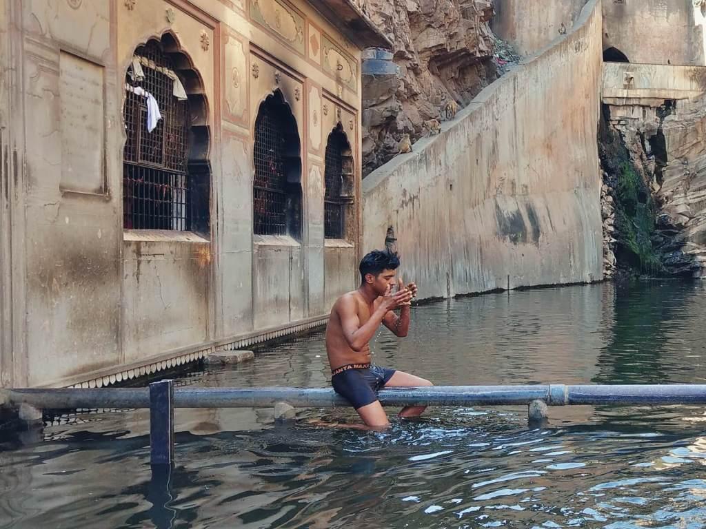 Rytualna kąpiel oczyszczająca w Indiach.