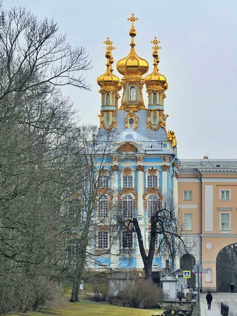 Złote wieżyczki cerkwi w carskim pałacu w Carskim Siole.