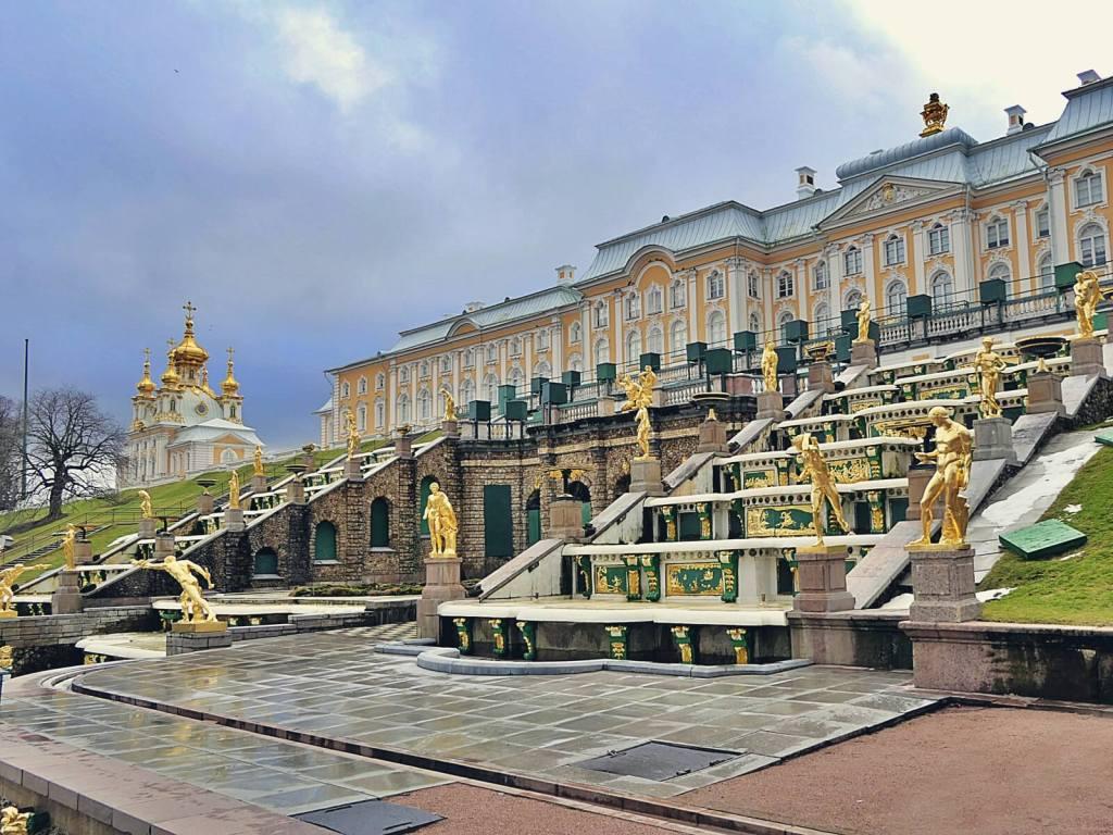 Kaskadowa fontanna wielkiego pałacu w Peterhofie.