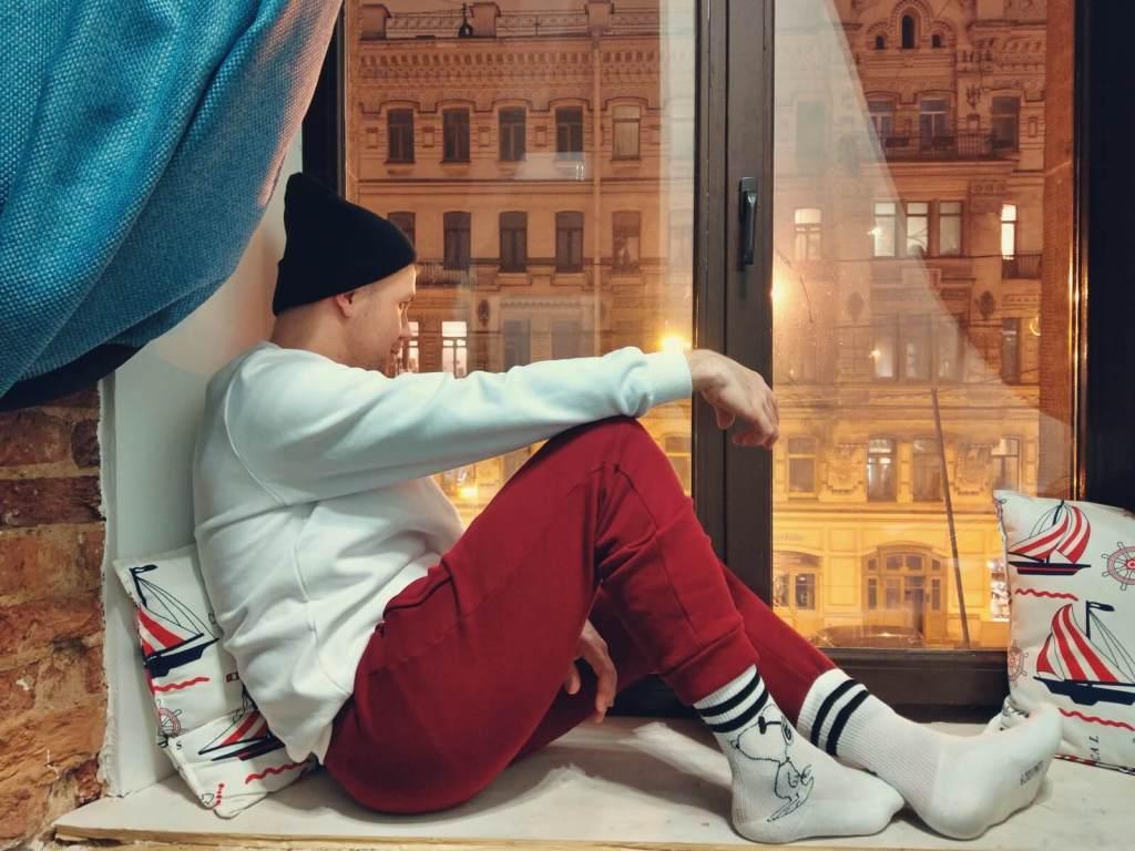 Bloger podróżniczy patrzy na Petersburg z hotelowego okna.