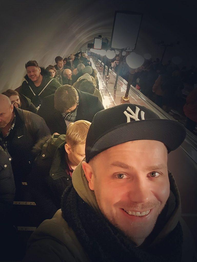 Blogerzy podróżniczy w metrze w Sankt Petersburgu.