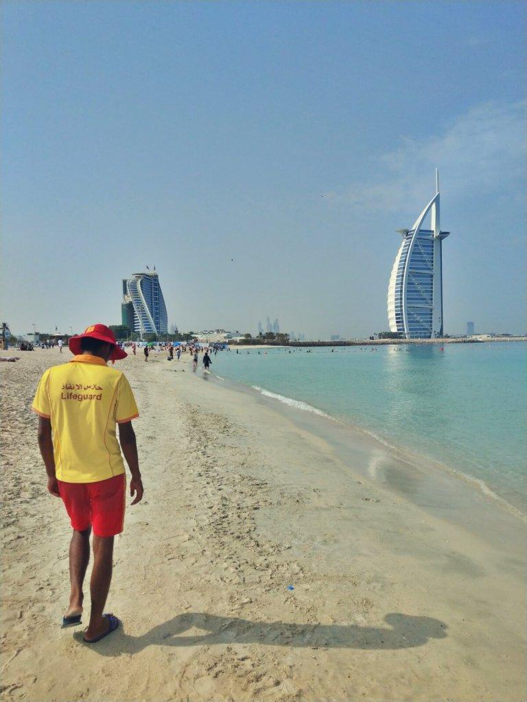Ratownik na plaży w Dubaju. Widok na Al Arab.