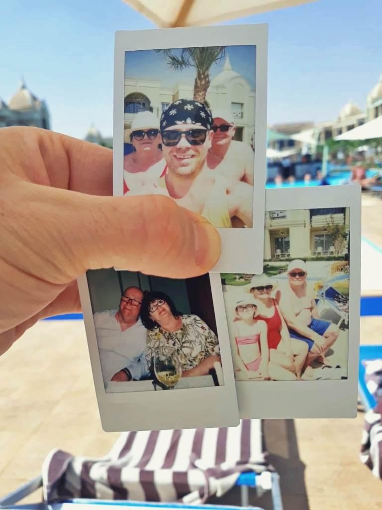 Rodzinne zdjęcia zrobione Instaxem w Egipcie.