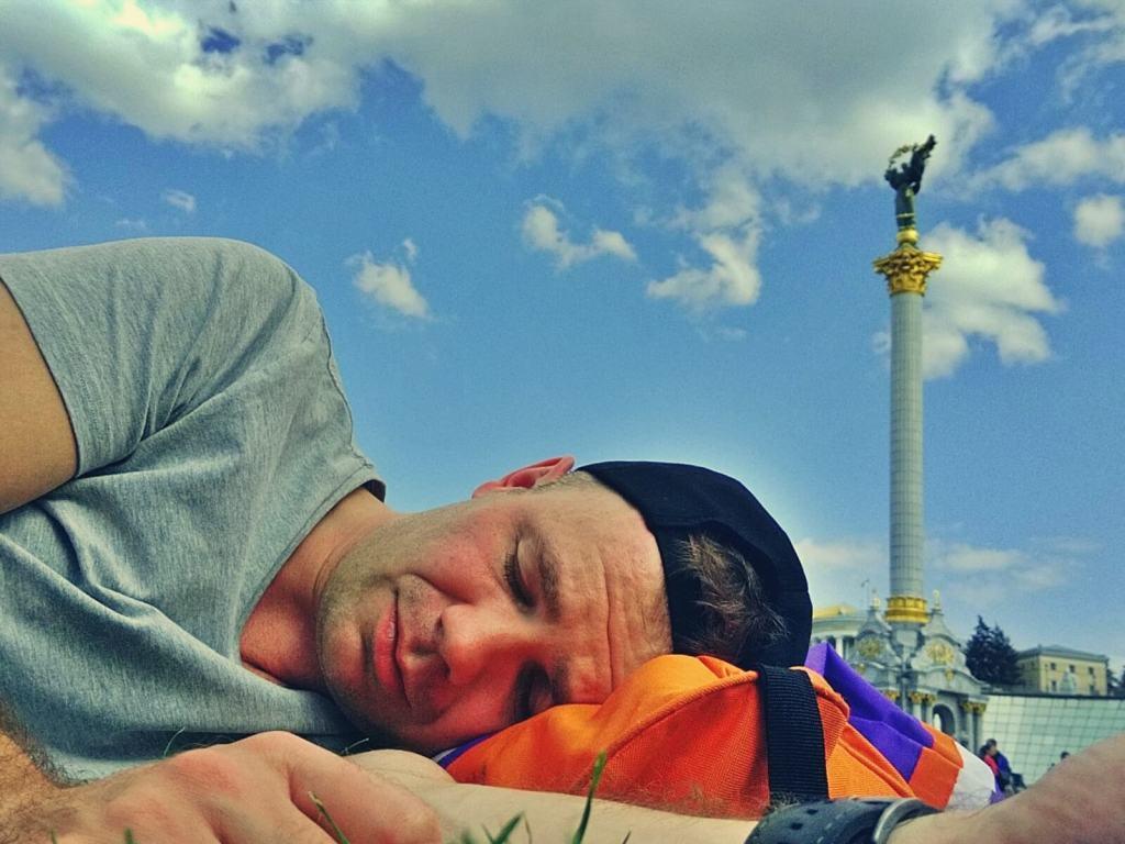 Bloger podróżniczy śpi na Placu Niepodległości w Kijowie, na Ukrainie.