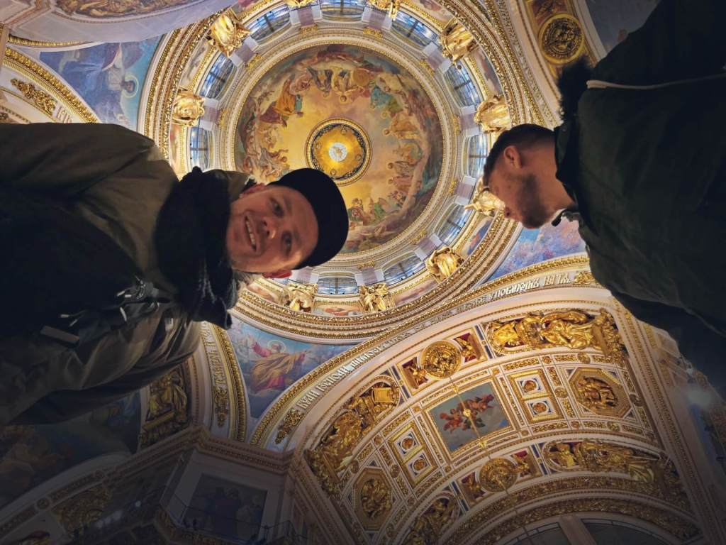Blogerzy podróżniczy w katedrze świętego Izaaka w Sankt Petersburgu.