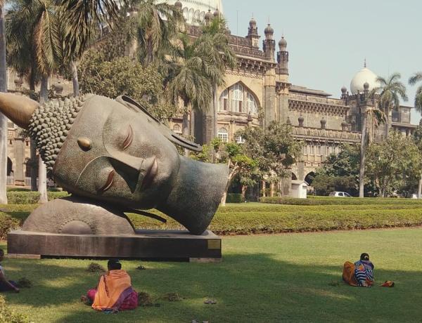 Posąg Buddy przed muzeum w Bombaju.