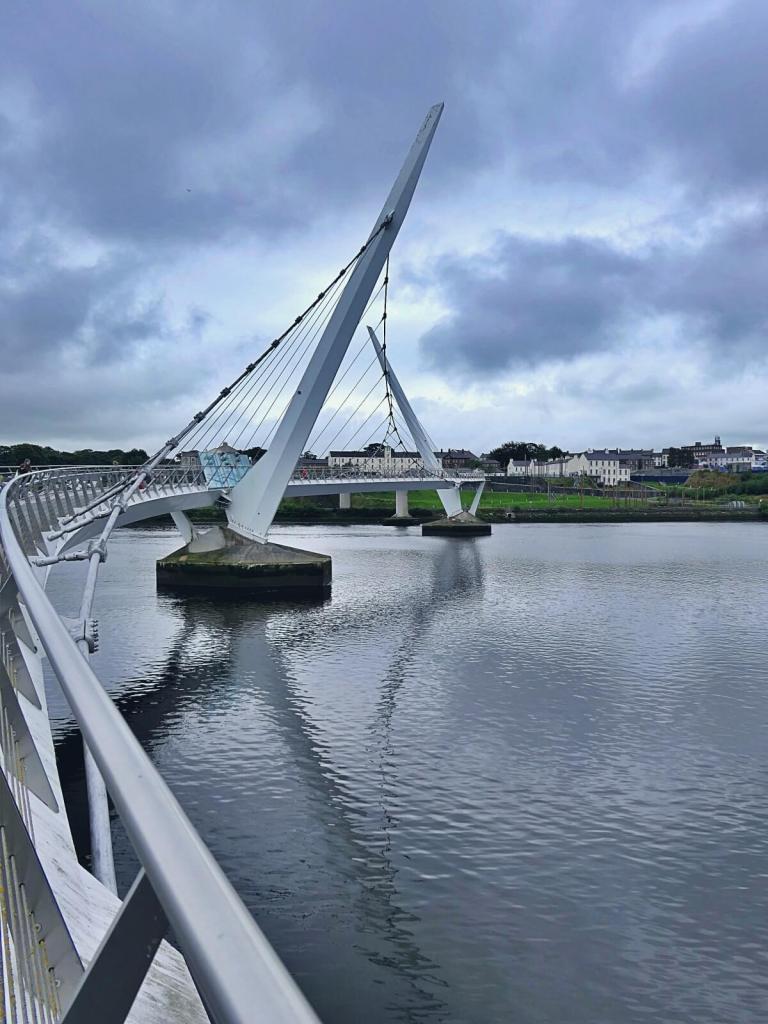 Irlandia Północna. Most Pokoju w Londonderry.