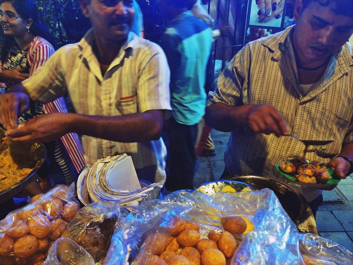 Pyszne, uliczne jedzenie na indyjskich ulicach.