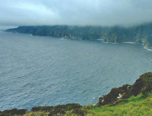 Zamglone klify w hrabstwie Donegal.