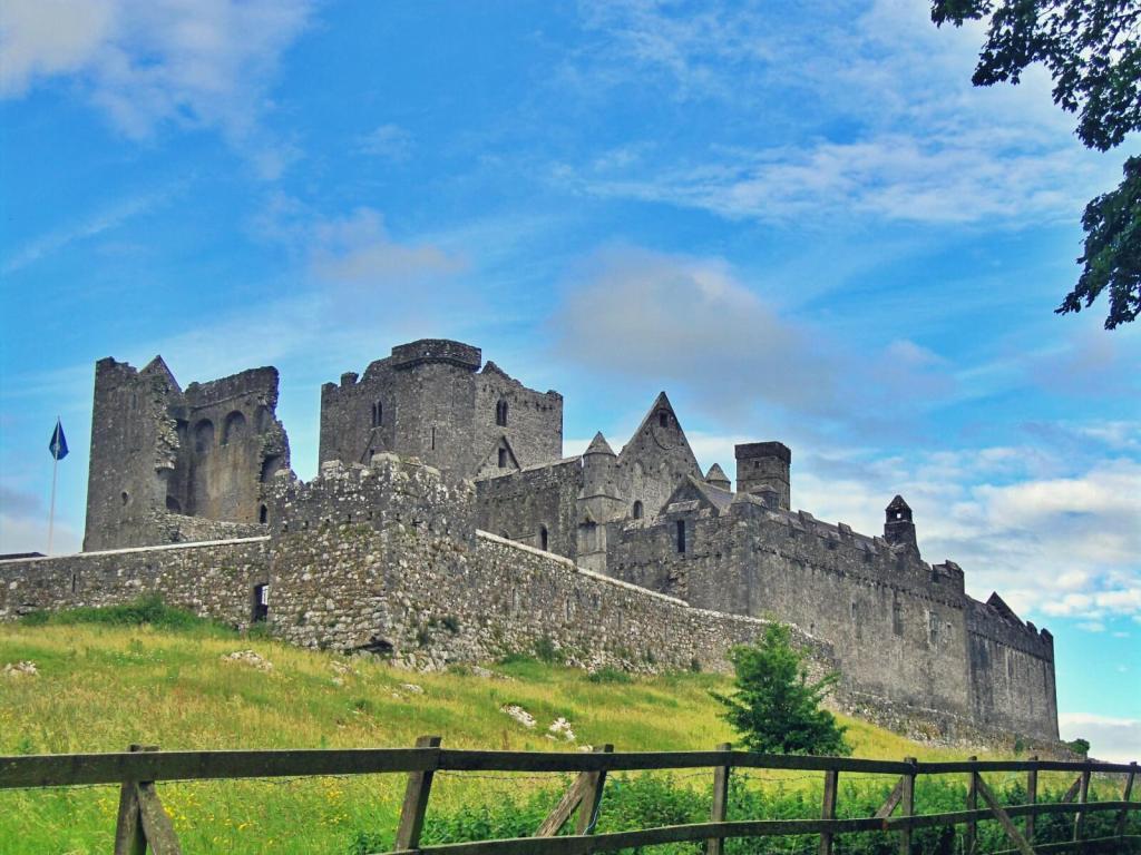 Lato w Irlandii. Zamek w Cashel.