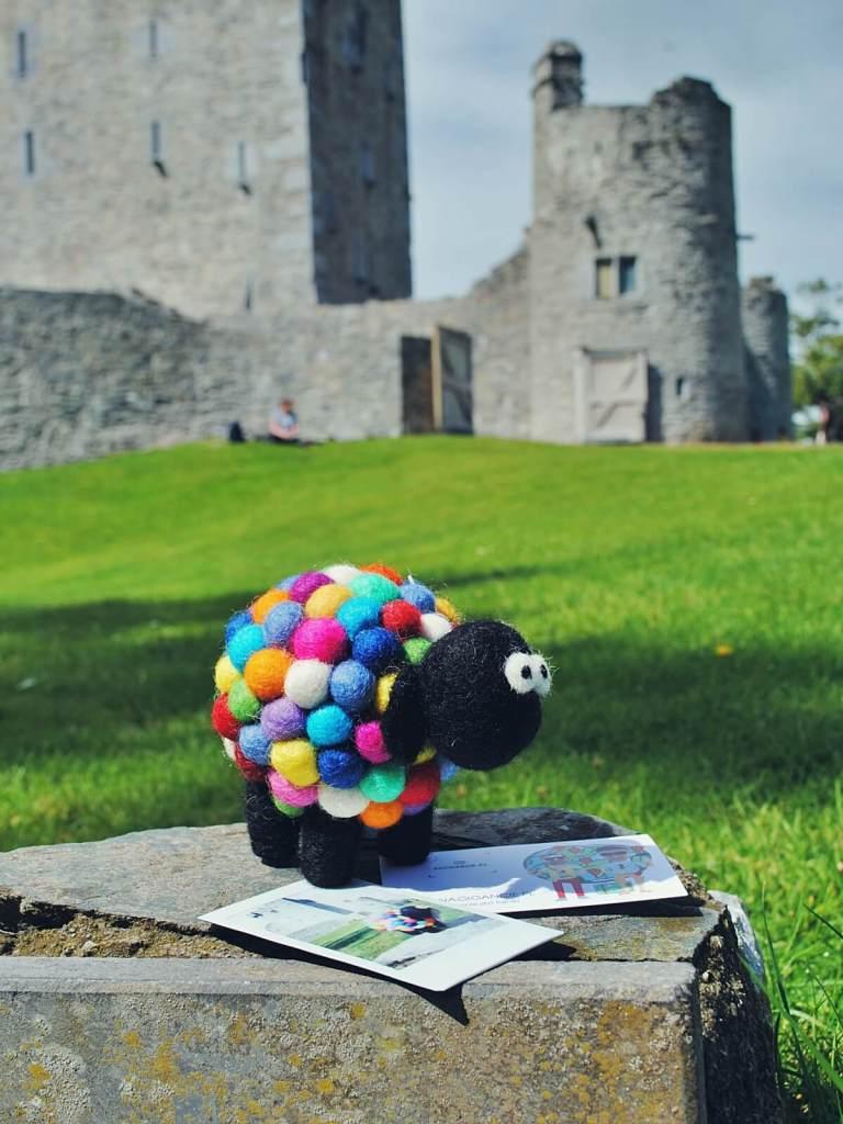 Ręcznie robiona, wełniana owieczka na aukcję WOŚP.