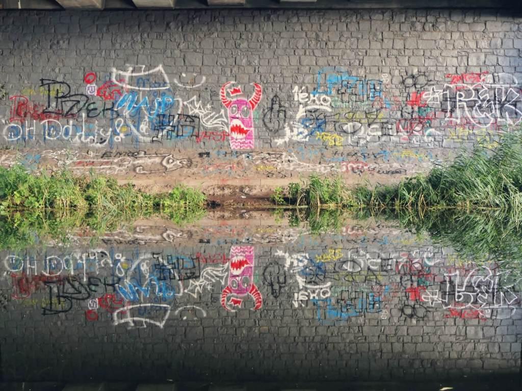 Graffiti na murze.