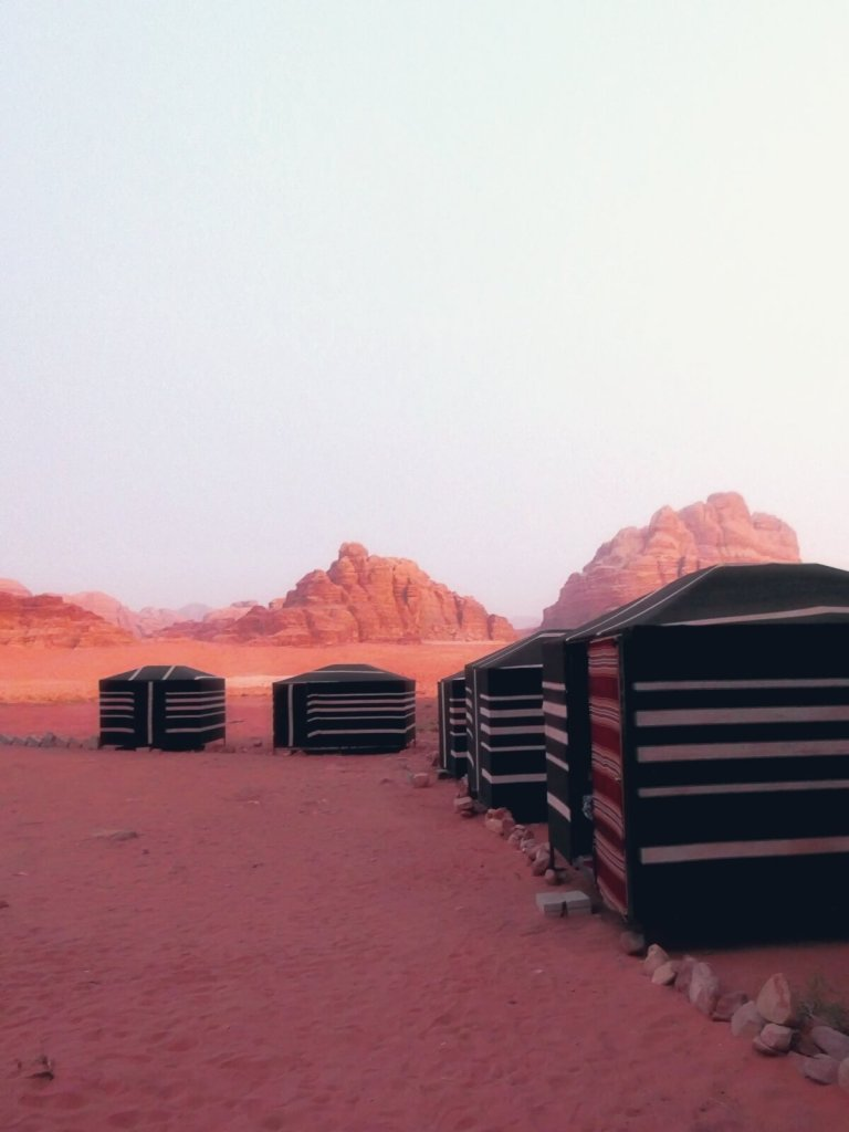 Obóz Hillala na pustyni Wadi Rum.
