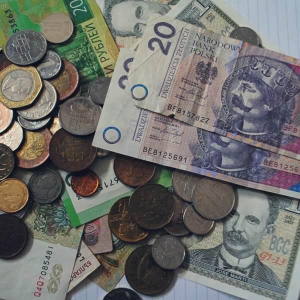 Pieniądze, monety i banknoty z różnych krajów świata.