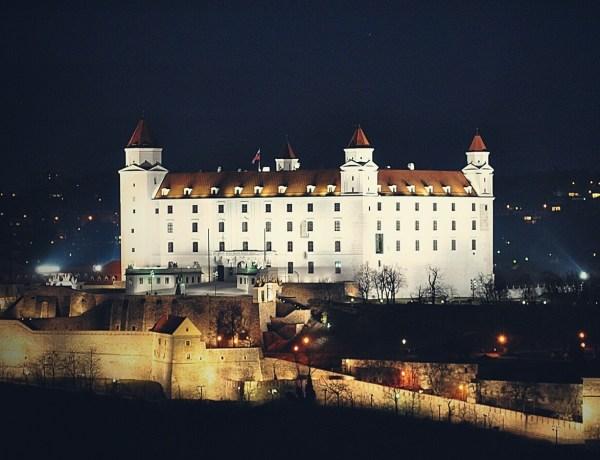 Zamek w Bratysławie nocą.