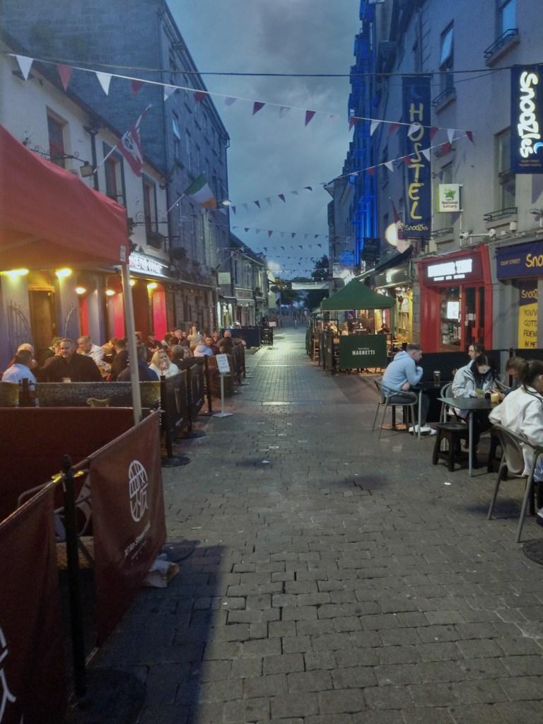 Dzielnica łacińska pełna pabów i restauracji w Galway.
