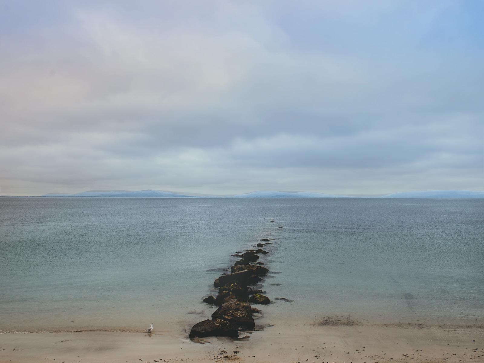 Plaża w Salthill w hrabstwie Galway w Irlandii.