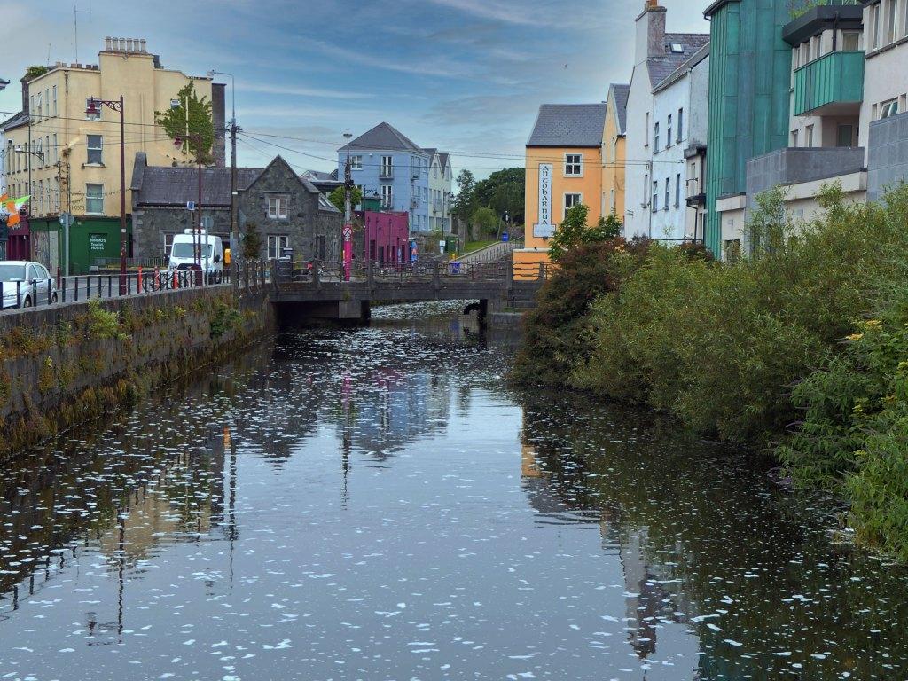 Imprezowa dzielnica miasta Galway w Irlandii - Westend.